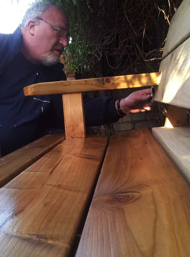 Oiling the bench gives the wood a warm colour and highlights the grain